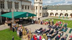 scena uroczystości i wieńce dożynkowe ustawione na placu