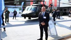 Wicemarszałek Marek Bogusławski Obok Helikoptera Black Hawk