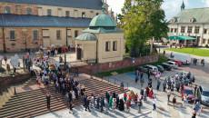 korowód dożynkowy rusza z bazyliki katedralnej w Kielcach zdjęcie z drona