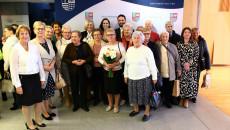 Pamiątkowe zdjęcie uczestników gali i wicemarszałek Renaty Janik