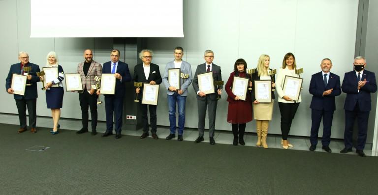 Laureaci Nagrody Lider Edukacji pozują z dyplomami do wspólnego zdjęcia