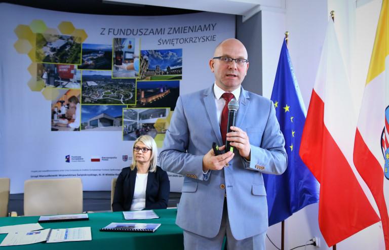 Dyrektor Jacek Sułek Prezentuje Materiały Programu Regionalnego.