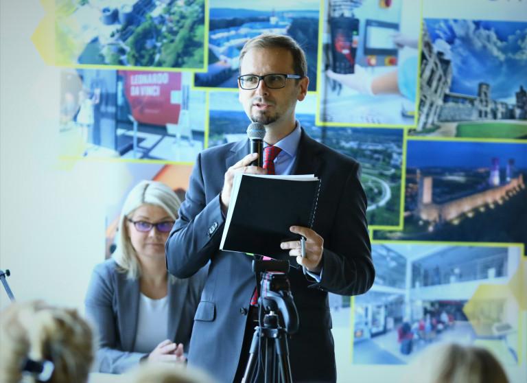 Dyrektor Janusz Prezentuje Nowy Program Regionalny Unijny.
