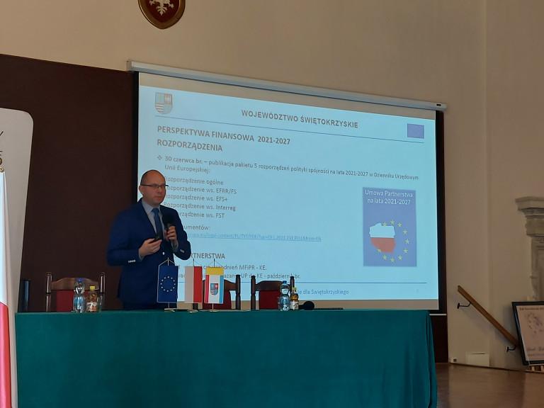Dyrektor Sułek Prezentuje Na Telebimie Sumy, Które Unia Da Na Programy.