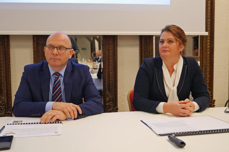 Dyrektor Sułek Siedzi Obok Radnej Zieleń Na Konsultacjach.