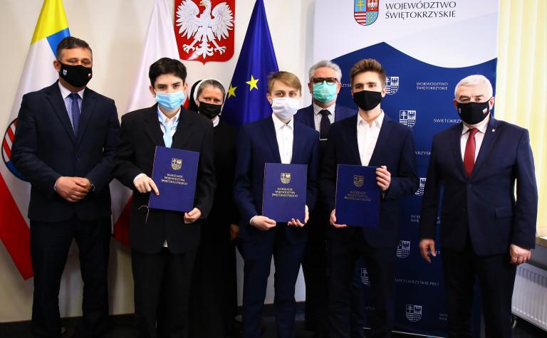 Marszałek Andrzej Bętkowskiego Oraz Tomasz Jamka, Członek Zarządu Województwa Ze Stypendystami V Edycji Programu.