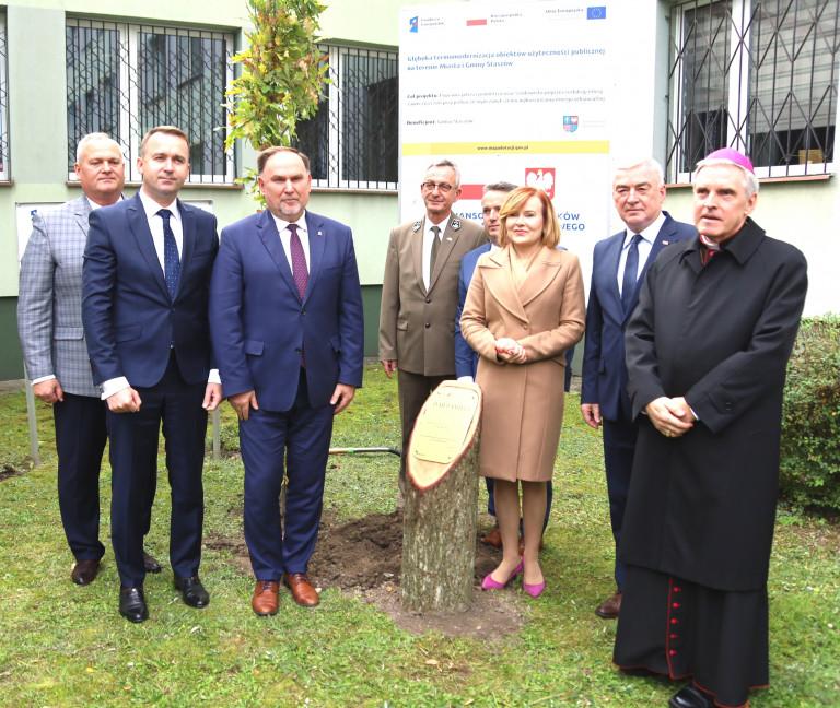 Przed Budynkiem Urzędu Miasta I Gminy Staszów Został Posadzony Pamiątkowy Dąb św. Jana Pawła Ii