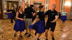Tancerze Tańczą Pod Okiem Nowego Trenbera.