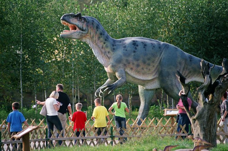 Turyści W Bałtowie Oglądają Dinozaura