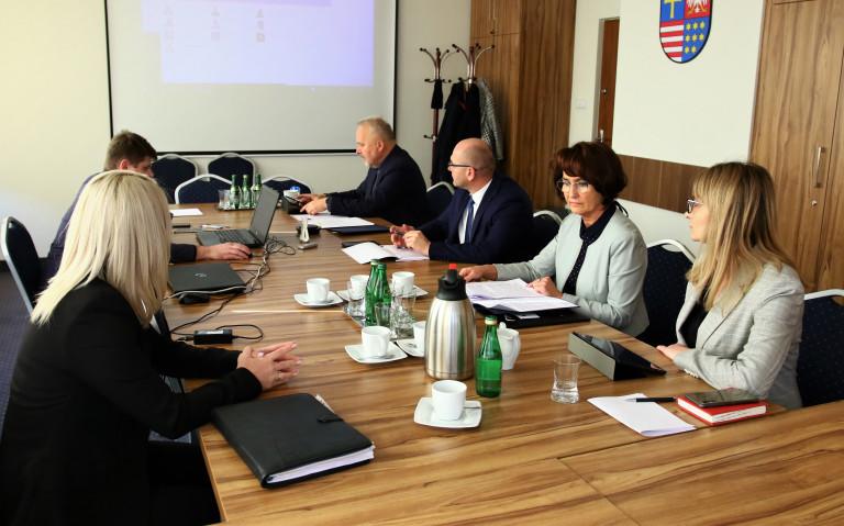 Członkowie Komisji Strategii Rozwoju Promocji I Współpracy Z Zagranicą Oraz Aleksandra Marcinkowska Dyrektor Wojewódzkiego Urzędu Pracy W Kielcach