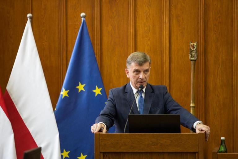 przewodniczący Sejmiku Województwa Świętokrzyskiego Andrzej Pruś przemawia z mównicy