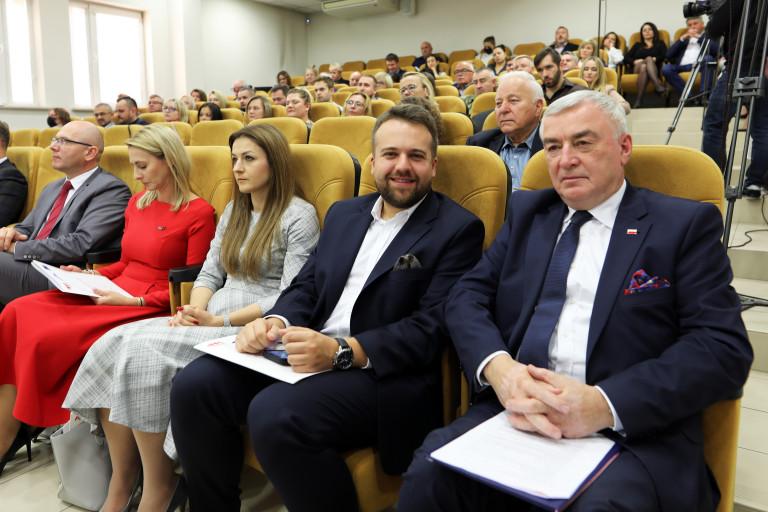 Marszałek Andrzej Bętkowski, Dyrektor Jacek Sułek, Prezydent Starachowic I Inni Uczestnicy Obrad