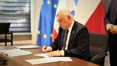 Marszałek Bętkowski Podpisuje Umowę