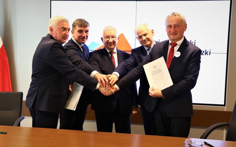 Marszałek Bętkowski Podpisuje Umowę Na Obwodnicę Wraz 4 Innymi Samorządowcami