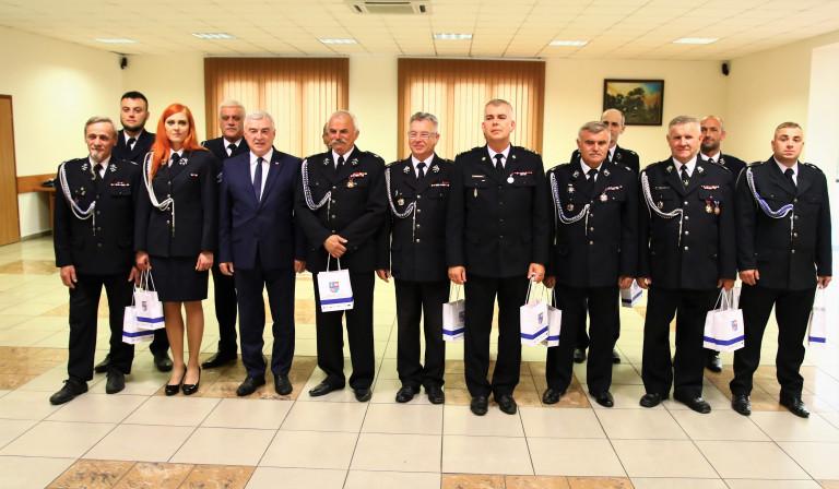 Strażacy Pozują Do Pamiątkowej Fotografii Z Marszałkiem Andrzejem Bętkowskim