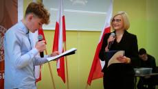Uczeń I Wicemarszałek Renata Janik Czytają Moralność Pani Dulskiej
