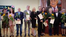 Uczestnicy Uroczystości W Szkole Pozują Do Pamiątkowej Fotografii